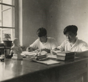 Zhang Tiange at right, working at theresearch centre of the Beidaihe QigongSanitorium in the 1950s. There is asculpture of Mao Zedong and two Chinese–Russian dictionaries on the desk.Courtesy of Zhang Tiange.